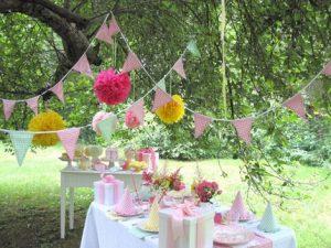 fiesta-al-aire-libre-decorada-en-color-blanco-y-rosado